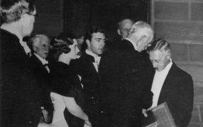 1933 год. Стокгольм. Шведский король вручает Ивану Бунину Нобелевский диплом. Фото:  Фото: Gettyimages
