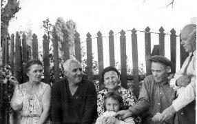 Константин Симонов в Гульрипши с соседями - семьей Игнатовых. Девочка в центре - Саша, дочка Симонова. Первая половина 1960-х. /  Из архива семьи Симоновых