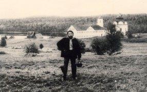 Юрий Кублановский у Свято-Троицкого скита на острове Анзер, 1972 год / Из личного архива