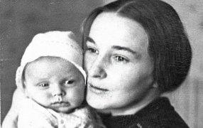 Тамара Судник-Казакова с сыном Алешей. 1968 год. / Из архива Дмитрия ШевароваТамара