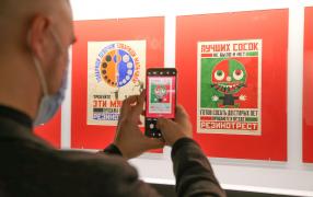 Привлекают внимание материалы, переданные музею в 1930-м Владимиром Маяковским. Фото: Олеся Курпяева/РГ