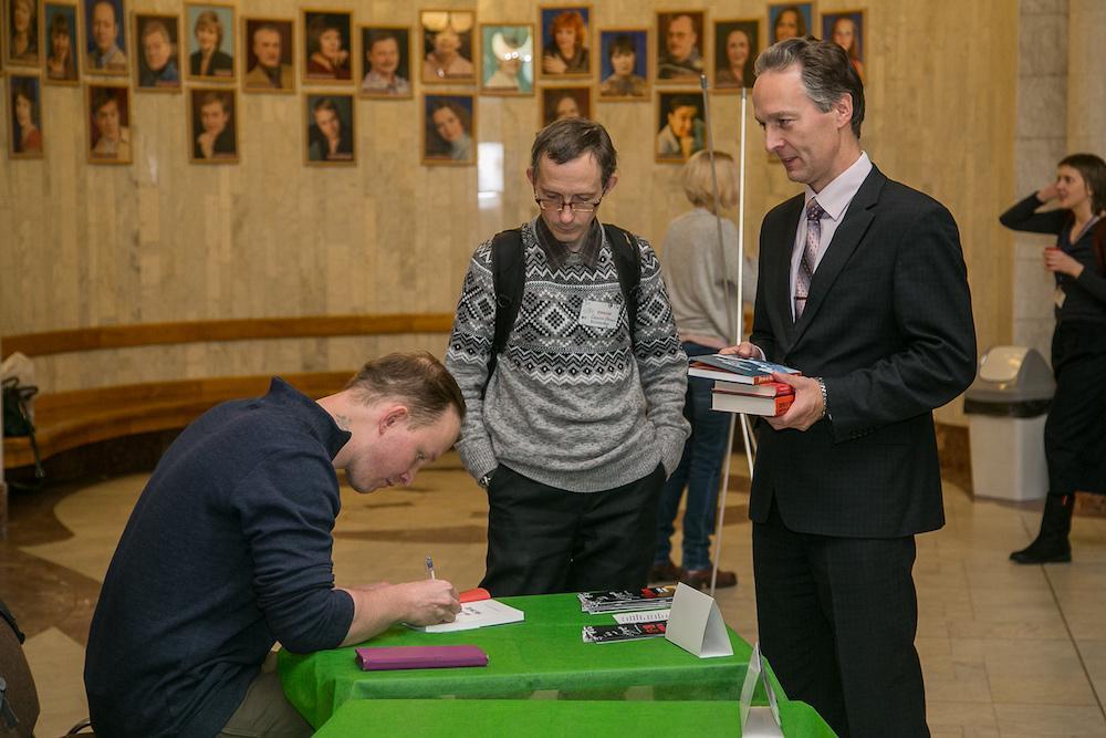 Евгений Рудашевский раздает автографы