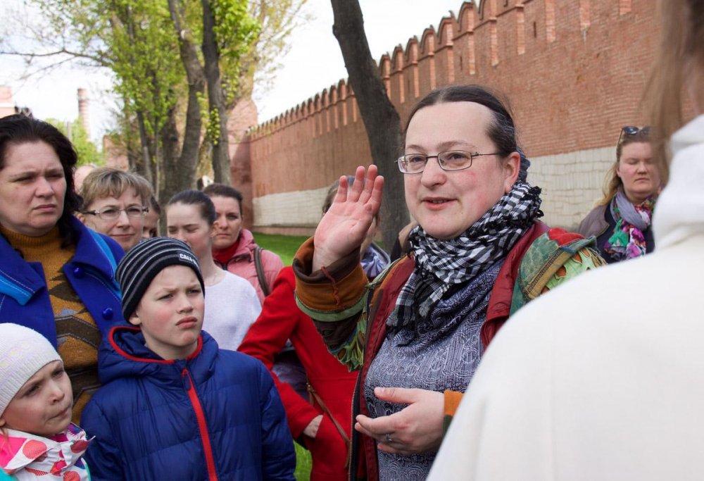 Helga-Pataki-provodit-ekskursiyu