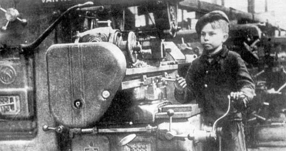 Мальчик на заводе