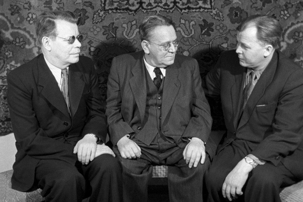 Три друга (слева направо): Михаил Исаковский, Самуил Маршак и Александр Твардовский. Фото: Александр Лесс/ ТАСС