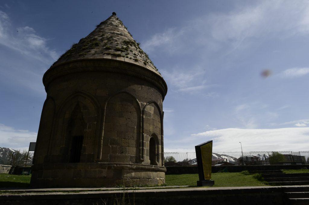 Узнаваемая примета Арзрума – древние гробницы. Фото: Сергей Дмитриев