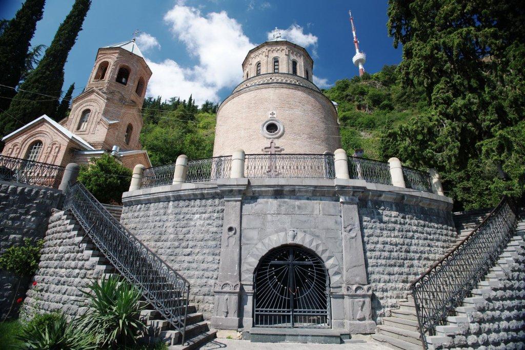 Грот с могилами А.С. Грибоедова и его жены Нины Чавчавадзе в монастыре святого Давида на горе Мтацминда в Тбилиси. Фото: Сергей Дмитриев