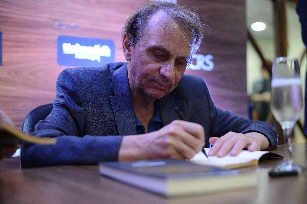 Насколько возмутительный, настолько же и восхитительный роман одного из главных писателей Франции, без натуги рифмующий закат Европы с закатом человеческой жизни