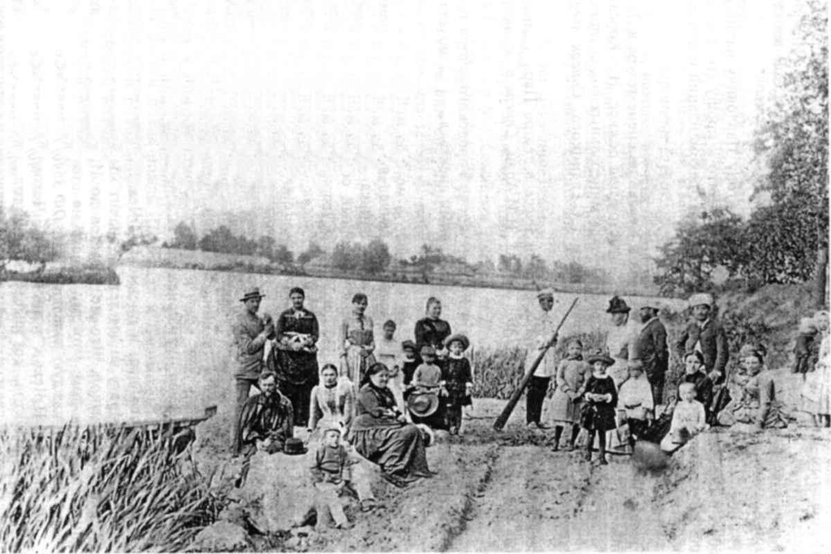 А. П. Чехов, М. П. Чехова и И. П. Чехов с жителями усадьбы Линтваревых на берегу р. Псел.