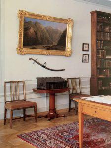 Кабинет Пушкина на Мойке, 12 в Санкт-Петербурге, украшенный турецкой саблей и картиной Дарьяльского ущелья.