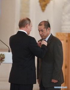 Президент Путин вручает Лю Вейфею орден Дружбы народов. Фото с сайта news.cn