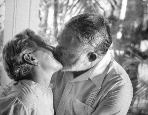 Хмингуэй целует свою жену Мэри Уэлш