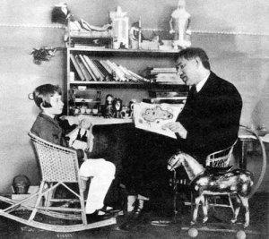 К. И. Чуковский читает Мурочке свою сказку. Ленинград. 1926