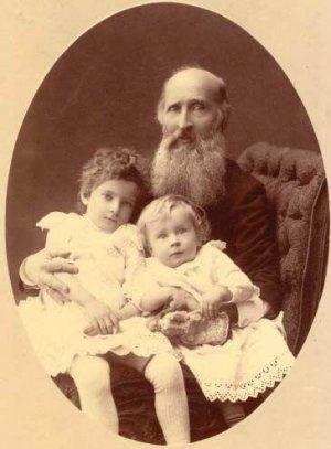 Григорий Сергеевич Аксаков - сын писателя и отец Ольги Аксаковой - с внуками. Фото из фондов музея-заповедника Абрамцево