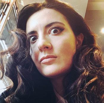 Алиса Ганиева, автор книги о Брик, гипнотизирует читателей в образе Дали. Фото: Алиса Ганиева