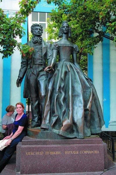 Памятник Александру Пушкину и Наталье Гончаровой. Москва, Арбат. Фото: Сергей Дмитриев