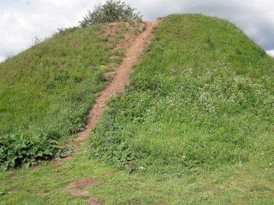 Предполагаемый могильный холм Олега недалеко от Старой Ладоги.
