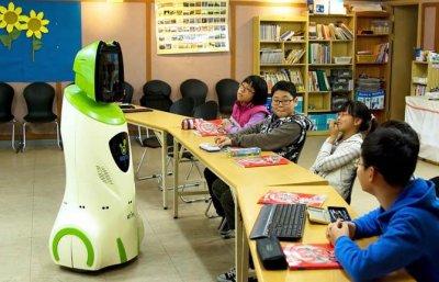 робот и азиатские школьники