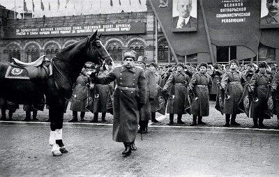 Маршал Советского Союза Л. А. Говоров готовится принимать парад войск Московского гарнизона на Красной площади