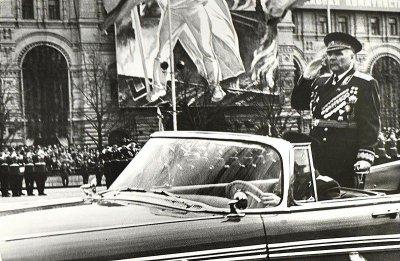 Маршал Советского Союза Р. Я. Малиновский принимает военный парад в честь 20-й годовщины победы советского народа в Великой Отечественной войне