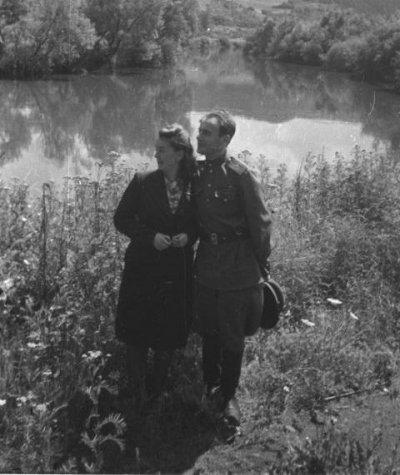 Фотокорреспондент Наталья Боде (1914—1996) и поэт Евгений Долматовский (1915—1994) на природе в Чехии