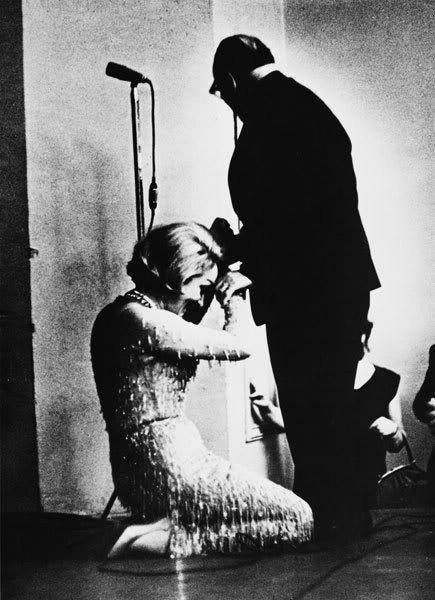 """Марлен Дитрих на коленях перед Константином Паустовским на сцене ЦДЛ (1964). Фото, сделанное из зала,  впервые было опубликовано в """"Огоньке""""."""