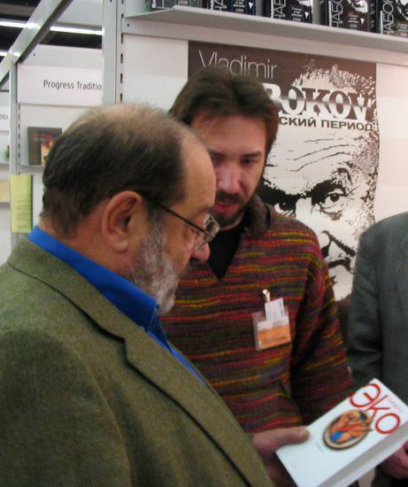 Умберто Эко и Александр Кононов на книжной ярмарке во Франкфурте в 2003 году. Фото с сайта symposium.su