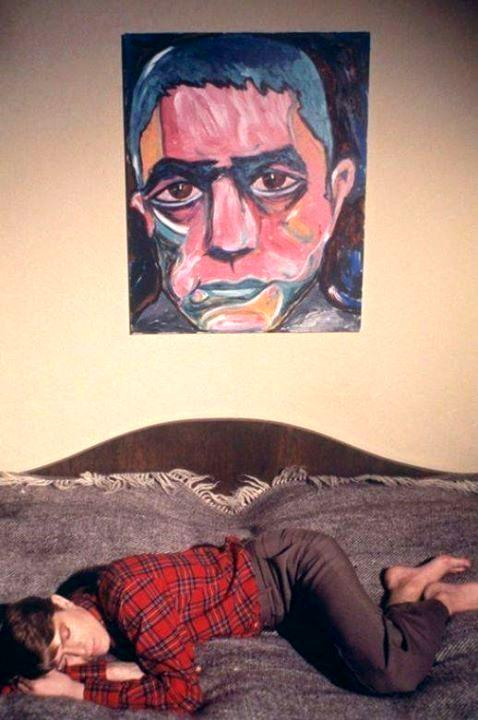 Боуи и портрет Мисимы его кисти. Фото со страницы http://oilyoil.com/ru/blog/david-bowie-the-artist
