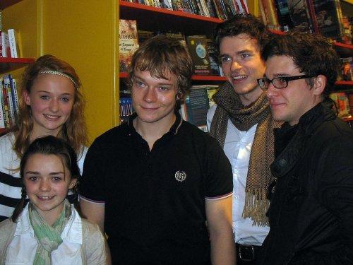 Актёры, сыгравшие роли детей и воспитанников Эддарда Старка, в ноябре 2009 года, в период съёмок пилотного эпизода.