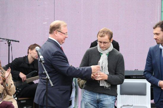 Константину Куприянову вручают награду