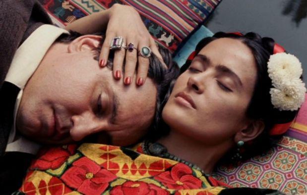 """Сельма Хайек много лет добивалась возможности изобразить Фриду Кало, и не прогадала: фильм """"Фрида"""" (2002) не просто вывел ее в суперзвезды, но и окончатнельо закрепил романтический  миф о страстной  и  несчастной мексиканке.    Pinterest.com"""