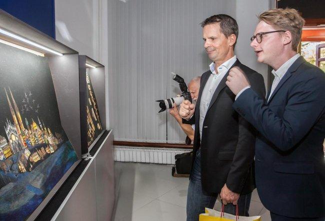 На фото: внук Нильс Нюман (слева) и правнук сказочницы Йохан Палмберг на открытии выставки, на которой представленыинсталляции с тысячами витражных окон на темы сказок Астрид Линдгрен. Фото: Татьяна Кравченко