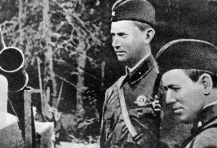Писатели Михаил Шолохов (справа) и Александр Фадеев (слева) во время Великой Отечественной войны.