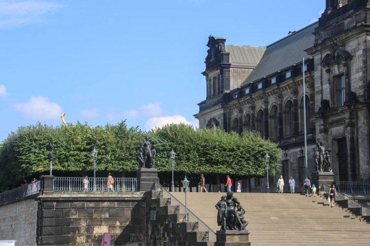Дрезден, терасса Брюля, парадная лестница со стороны Дворцовой площади. В XIX веке террассу, ставшую излюбленным местом посещения путешественников, стали называть «балконом Европы». Находясь в 1867 году в Дрездене, А. Г. и Ф. М. Достоевские часто ходили на «Брюллеву террасу» обедать и слушать музыку.