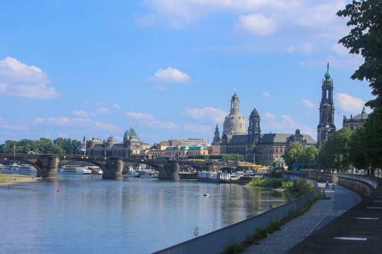 Дрезден, вид на Старый город с набережной Острауфер, где в 2006 году был установлен памятник Ф. М. Достоевскому работы скульптора Александра Рукавшникова.