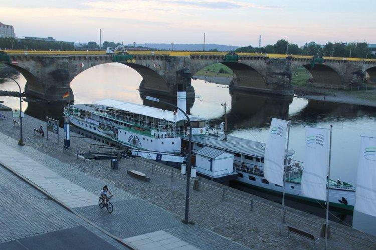 Дрезден, набережная Эльбы, мост Августа Сильного, соединяющий Старый и Новый город. В своём дневнике А. Г. Достоевская называет его Старым мостом.