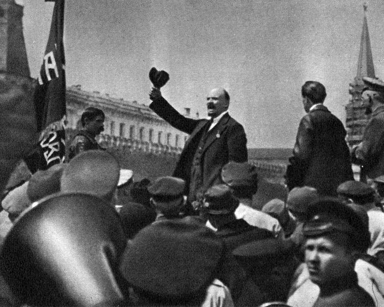 Ленин на параде частей Всеобуча в Москве.