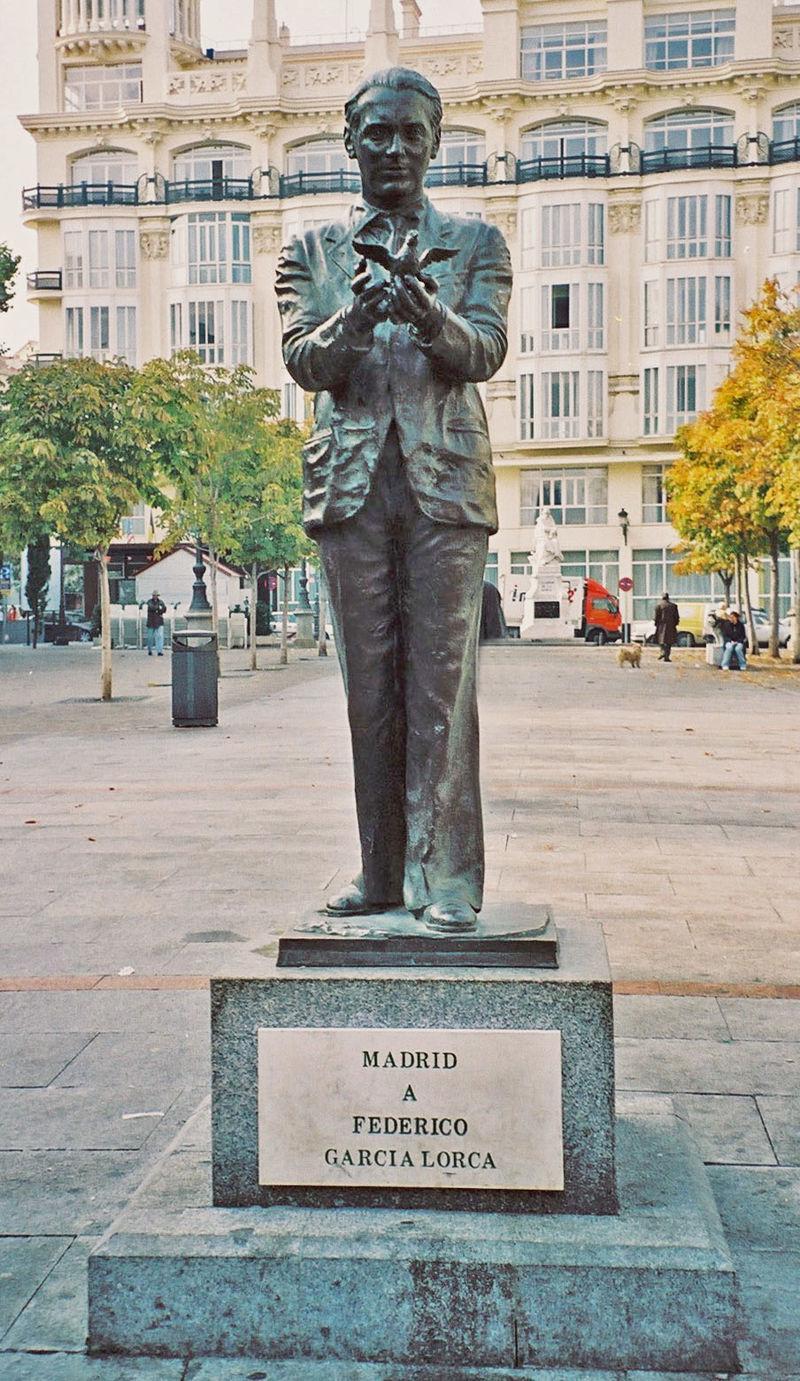 Памятник Лорке в Мадриде (Plaza de Santa Ana)
