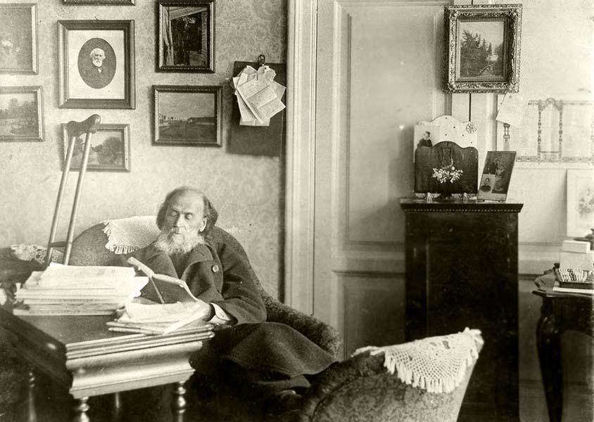 Я.П. Полонский в своем кабинете, в квартире на углу Бассейной и Знаменской улиц в Петербурге.