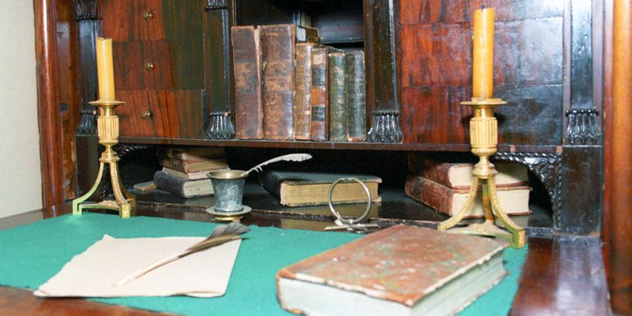 Стол, за которым работал Александр Сергеевич Пушкин. Дом-музей Ганнибалов в селе Петровском