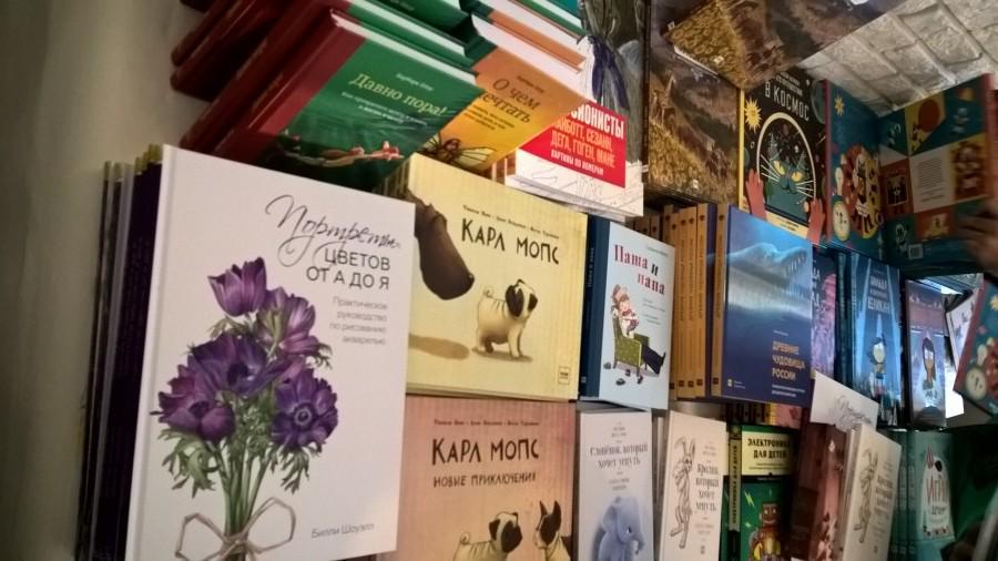 Детские книги на выставочном столе