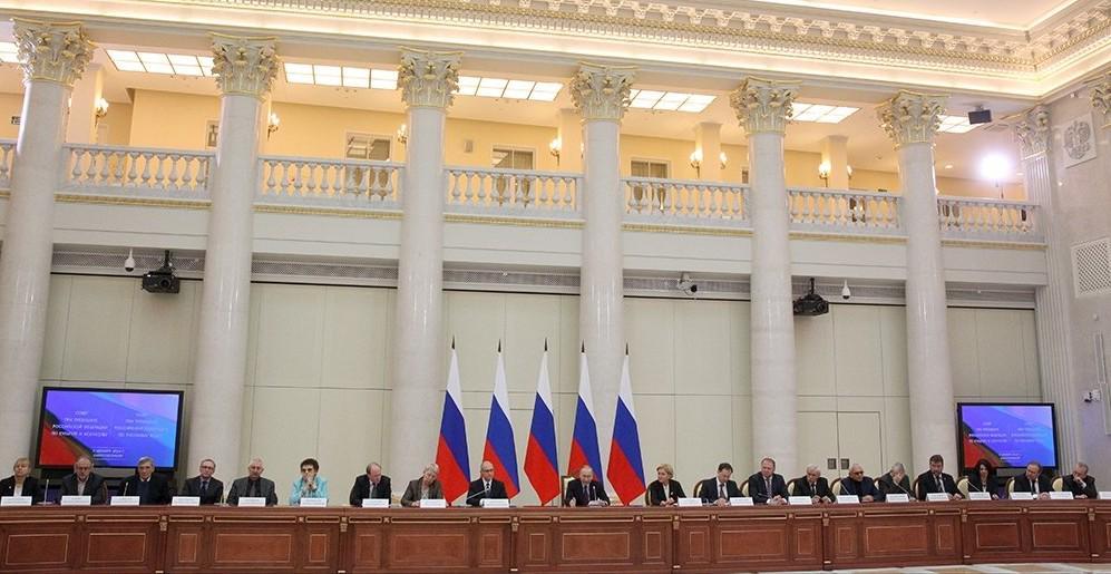 Президент РФ Владимир Путин провел обстоятельную дискуссию с деятелями культуры в ходе совместного заседания Совета по культуре и искусству и Совета по русскому языку.