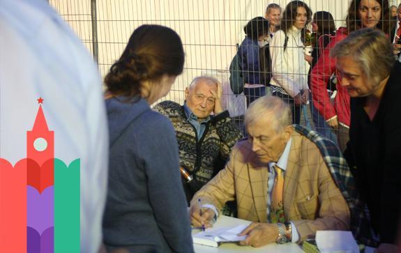 Евтушенко подписывал книги 4 часа на Красной площади