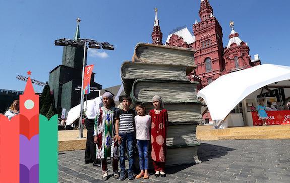 Скульптура из книг на книжном фестивале 'Красная площадь'