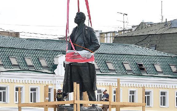 Роман-Сенчин-Горький-на-площади-Белорусского-вокзала