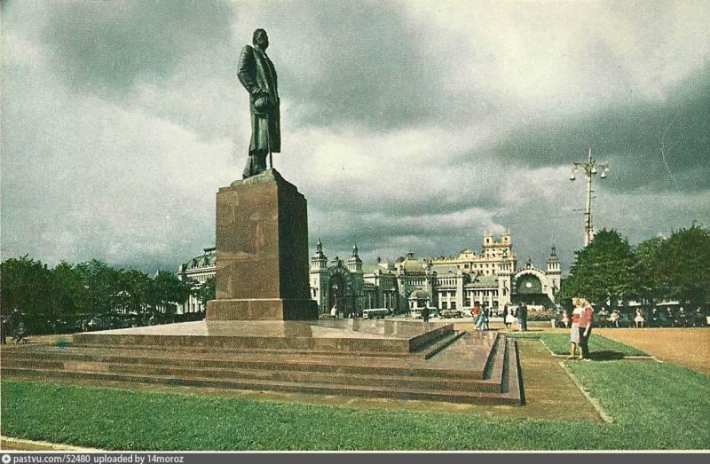 памятник-Горькому Белорусский Басинский