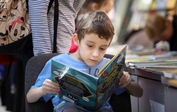 Ребенок в библиотеке РГДБ