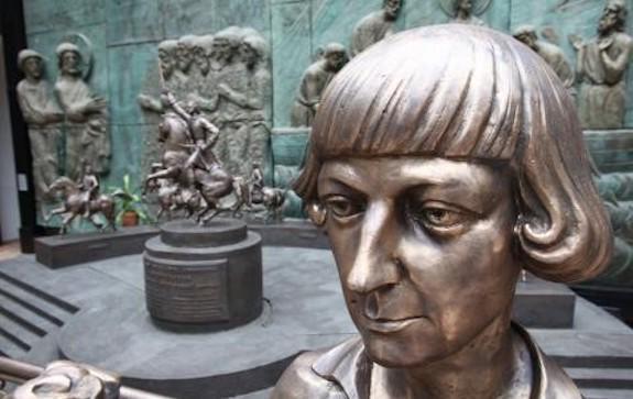 Памятник Цветаевой от Церетели