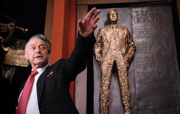 Андрей Дементьев возле своей скульптуры