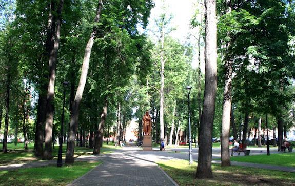 модель памятника Достоевскому расположена в Саду Декабристов
